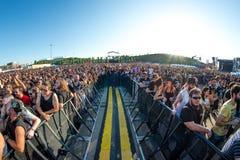 Το ακροατήριο σε μια συναυλία Download στο φεστιβάλ μουσικής βαρύ μετάλλου στοκ εικόνα