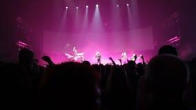 Το ακροατήριο στη συναυλία που κυματίζει τα χέρια τους, στη σκηνή μια ελαφριά επίδειξη, μια συναυλία απόθεμα βίντεο