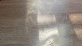 Το αλεύρι χύνει στον πίνακα Ακτίνες ήλιων Αλεύρι για το μαγείρεμα του κειμένου, muffin ή των κουλουριών απόθεμα βίντεο