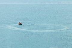Το αλιευτικό σκάφος περιβάλλει στη σύλληψη τα ψάρια στη θάλασσα Στοκ εικόνα με δικαίωμα ελεύθερης χρήσης