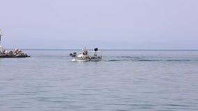 Το αλιευτικό σκάφος πλησιάζει το λιμάνι απόθεμα βίντεο