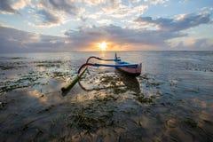 Το αλιευτικό σκάφος σταθμεύουν στην ακτή στο Μπαλί, Ινδονησία στοκ εικόνα με δικαίωμα ελεύθερης χρήσης