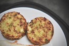 Το αλμυρό κέικ μπρόκολου εξυπηρέτησε με το τηγανισμένο αυγό, υγιή muffins δαγκωμάτων τυριών μπρόκολου προγευμάτων στοκ φωτογραφίες