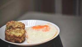 Το αλμυρό κέικ μπρόκολου εξυπηρέτησε με το τηγανισμένο αυγό, υγιή muffins δαγκωμάτων τυριών μπρόκολου προγευμάτων στοκ φωτογραφία με δικαίωμα ελεύθερης χρήσης