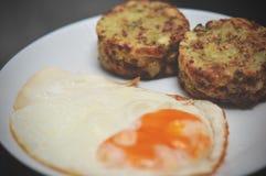Το αλμυρό κέικ μπρόκολου εξυπηρέτησε με το τηγανισμένο αυγό, υγιή muffins δαγκωμάτων τυριών μπρόκολου προγευμάτων στοκ εικόνες