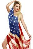 Το αμερικανικό κορίτσι καλύπτεται με μια μεγάλη αμερικανική σημαία Στοκ φωτογραφίες με δικαίωμα ελεύθερης χρήσης