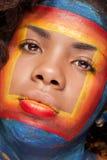 Το αμερικανικό κορίτσι Afro στην εικόνα ομορφιάς με τετραγωνικό έναν δημιουργικό κάνει το u Στοκ Φωτογραφία