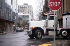 Το αμερικανικό μεγάλο ημι φορτηγό εγκαταστάσεων γεώτρησης ανοίγει την αστική οδό πόλεων Στοκ Εικόνα