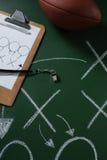 Το αμερικανικό ποδόσφαιρο και ο διαιτητής σφυρίζουν να βρεθούν στον πράσινο πίνακα με τη στρατηγική που επισύρεται την προσοχή σε Στοκ Εικόνες