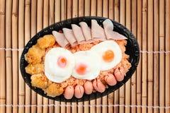 Το αμερικανικό τηγανισμένο ρύζι ολοκλήρωσε ηλιόλουστο επάνω, λουκάνικο κοτόπουλο και χορτάρια Στοκ φωτογραφίες με δικαίωμα ελεύθερης χρήσης