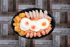Το αμερικανικό τηγανισμένο ρύζι ολοκλήρωσε ηλιόλουστο επάνω, λουκάνικο κοτόπουλο και χορτάρια Στοκ Εικόνα