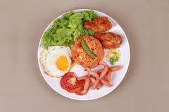 Το αμερικανικό τηγανισμένο ρύζι ολοκλήρωσε ηλιόλουστο επάνω, λουκάνικο κοτόπουλο και χορτάρια Στοκ φωτογραφία με δικαίωμα ελεύθερης χρήσης