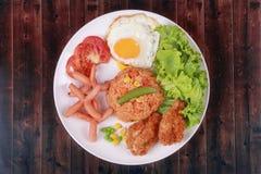 Το αμερικανικό τηγανισμένο ρύζι ολοκλήρωσε ηλιόλουστο επάνω, λουκάνικο κοτόπουλο και χορτάρια Στοκ Εικόνες