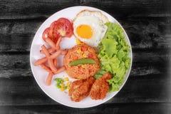 Το αμερικανικό τηγανισμένο ρύζι ολοκλήρωσε ηλιόλουστο επάνω, λουκάνικο κοτόπουλο και χορτάρια Στοκ εικόνες με δικαίωμα ελεύθερης χρήσης