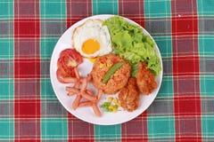 Το αμερικανικό τηγανισμένο ρύζι ολοκλήρωσε ηλιόλουστο επάνω, λουκάνικο κοτόπουλο και χορτάρια Στοκ Φωτογραφία