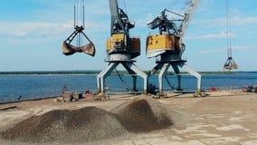 Το αμμοχάλικο παίρνει επανεντοπισμένο μηχανικά στην όχθη ποταμού απόθεμα βίντεο