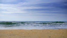 Το λαμπιρίζοντας κυματιστό νερό λάμπει μια ηλιόλουστη ημέρα, αφηρημένο μουτζουρωμένο υπόβαθρο στη θερινή παραλία απόθεμα βίντεο