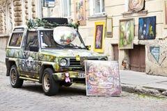 Το λαμπρά διακοσμημένο αυτοκίνητο διαφημίζει μια εισαγωγή στο γκαλερί τέχνης στην παλαιά πόλη στις 16 Ιουνίου 2012 στο Ταλίν, Εσθ Στοκ Φωτογραφία