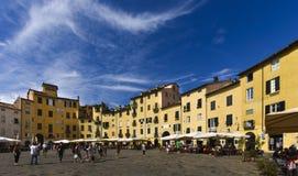 Το αμφιθέατρο τετραγωνικό Lucca Τοσκάνη Ιταλία anfiteatro πλατειών Στοκ εικόνα με δικαίωμα ελεύθερης χρήσης