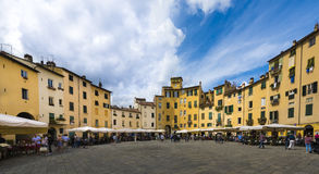 Το αμφιθέατρο τετραγωνικό Lucca Τοσκάνη Ιταλία anfiteatro πλατειών Στοκ Εικόνα