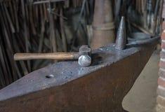 Το αμόνι και το σφυρί σε ένα παλαιό σιδηρουργείο στοκ εικόνες με δικαίωμα ελεύθερης χρήσης