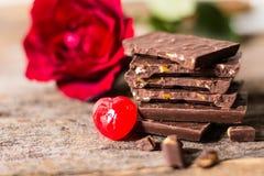 Το αμύγδαλο σοκολάτας και αυξήθηκαν και το κόκκινο καραμελών, Στοκ εικόνες με δικαίωμα ελεύθερης χρήσης