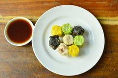Το ανάμεικτο βρασμένο στον ατμό κινεζικό αμυδρό ποσό τρώει το ζεύγος με τη σάλτσα σόγιας Στοκ φωτογραφία με δικαίωμα ελεύθερης χρήσης