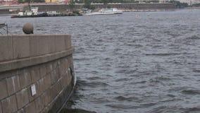 Το ανάχωμα γρανίτη του ποταμού Neva θόλος Isaac Πετρούπολη Ρωσία s Άγιος ST καθεδρικών ναών φιλμ μικρού μήκους