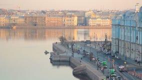 Το ανάχωμα ποταμών Neva στη Αγία Πετρούπολη, Ρωσία απόθεμα βίντεο
