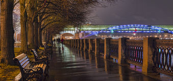 Το ανάχωμα του ποταμού της Μόσχας τη νύχτα Στοκ εικόνες με δικαίωμα ελεύθερης χρήσης