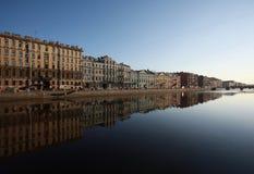 Το ανάχωμα του ποταμού Fontanka θόλος Isaac Πετρούπολη Ρωσία s Άγιος ST καθεδρικών ναών Στοκ φωτογραφία με δικαίωμα ελεύθερης χρήσης