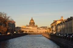 Το ανάχωμα του ποταμού Moika, καθεδρικός ναός του ST Isaac Στοκ φωτογραφία με δικαίωμα ελεύθερης χρήσης