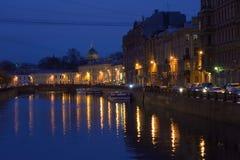 Το ανάχωμα του ποταμού Moika τη νύχτα μετά από τη βροχή Στοκ Φωτογραφία
