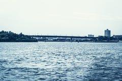 Το ανάχωμα Irtysh στην πόλη του Ομσκ, άποψη του Λένινγκραντ ενίσχυσε τη συγκεκριμένη γέφυρα στοκ εικόνες με δικαίωμα ελεύθερης χρήσης