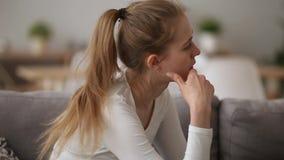 Το ανήσυχο κορίτσι που ανατρέπεται για τη φιλονικία με τον τύπο αισθάνεται απελπισμένο που προσβάλλεται φιλμ μικρού μήκους