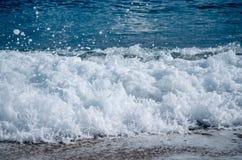 Το ανήσυχο foamy μπλε κύμα έρχεται στη Μεσόγειο στοκ φωτογραφία