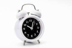 Το αναδρομικό ξυπνητήρι απομονώνει στο άσπρο backgound Στοκ φωτογραφία με δικαίωμα ελεύθερης χρήσης