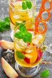 Το αναζωογονώντας καλοκαίρι πίνει το γλυκό τσάι ροδάκινων με τον πάγο και τη μέντα Στοκ φωτογραφίες με δικαίωμα ελεύθερης χρήσης