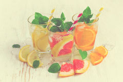 Το αναζωογονώντας καλοκαίρι πίνει το νερό με τον πάγο και το λεμόνι, πορτοκάλι και Στοκ φωτογραφία με δικαίωμα ελεύθερης χρήσης