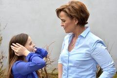 Το αναιδές κορίτσι με η μητέρα Στοκ Εικόνα