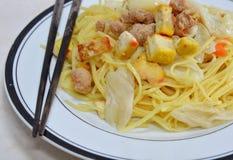 Το ανακατώνω-τηγανισμένο χορτοφάγο κάλυμμα νουντλς χωρίζει σε τετράγωνα κίτρινο tofu στοκ εικόνες