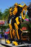 Το ανακυκλωμένο θεματικό πάρκο ρομπότ χάλυβα μετάλλων στη Hua Hin Tique ζωικό παρουσιάζει: Bumblebee transfromer Στοκ Φωτογραφία