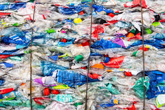 Το ανακυκλώνοντας πλαστικό και σώζει τη γη Στοκ Φωτογραφίες