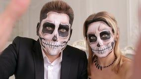 Το ανατριχιαστικό ζεύγος με τρομακτικές αποκριές makeup κάνει selfies σε ένα στούντιο απόθεμα βίντεο