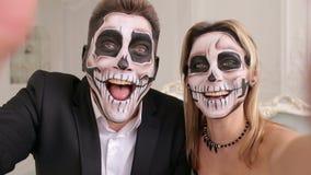 Το ανατριχιαστικό ζεύγος με τρομακτικές αποκριές makeup κάνει selfies σε ένα στούντιο φιλμ μικρού μήκους