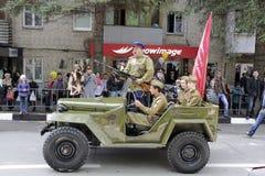 Το αναδρομικό στρατιωτικό αυτοκίνητο με τους ανθρώπους υπό μορφή μαχητών του θορίου Στοκ φωτογραφία με δικαίωμα ελεύθερης χρήσης