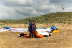 Το ανεμόπτερο προετοιμάζεται στην πτήση σε ένα paraplane Στοκ Φωτογραφίες
