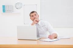 Το ανησυχημένο γράψιμο επιχειρηματιών είναι επάνω σημειωματάριο Στοκ Εικόνες