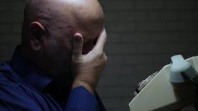 Το ανησυχημένο πρόσωπο τελειώνει μια τηλεφωνική συζήτηση και ένα Gesticulate που απογοητεύονται απόθεμα βίντεο