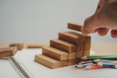 Το ανθρώπινο χέρι έβαλε τους ξύλινους φραγμούς με μορφή μιας σκάλας στοκ εικόνες με δικαίωμα ελεύθερης χρήσης